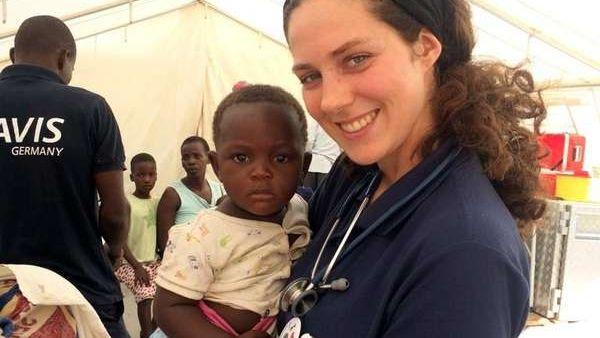 Ein für Navis tätige Medizinstudentin mit einem Kleinkind in Mosambik