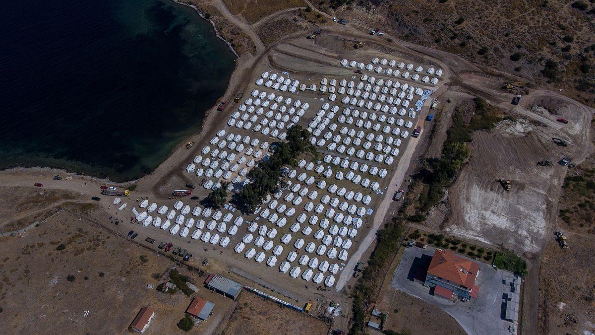 Neu aufgebaute Zelte für die Umsiedlung von Migranten und Flüchtlingen stehen im provisorischen Zeltlager Kara Tepe wenige Kilometer nördlich der Ortschaft Mytilini auf Lesbos