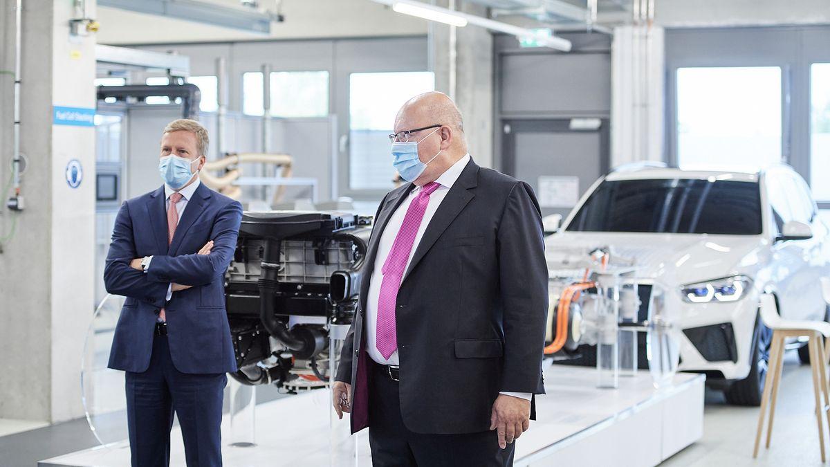 Oliver Zipse, Vorstandsvorsitzender BMW, und Peter Altmaier, CDU, Bundeswirtschaftsminister, im BMW-Forschungszentrum in Garching.