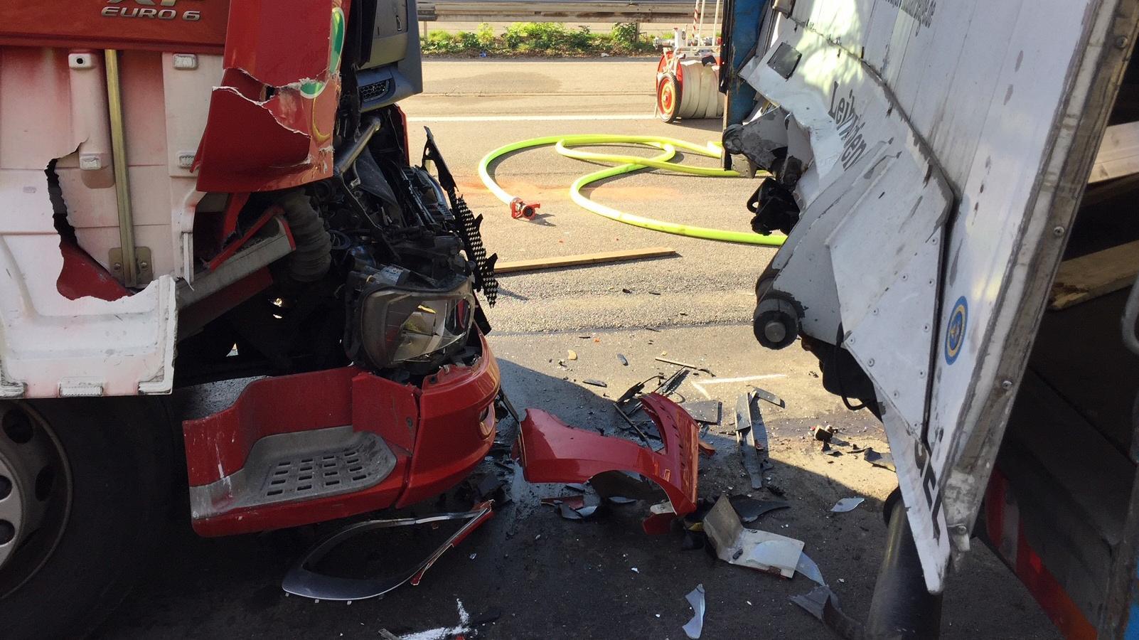 Zwei beschädigte Lkw nach einem Auffahrunfall auf der A99 bei Kirchheim.