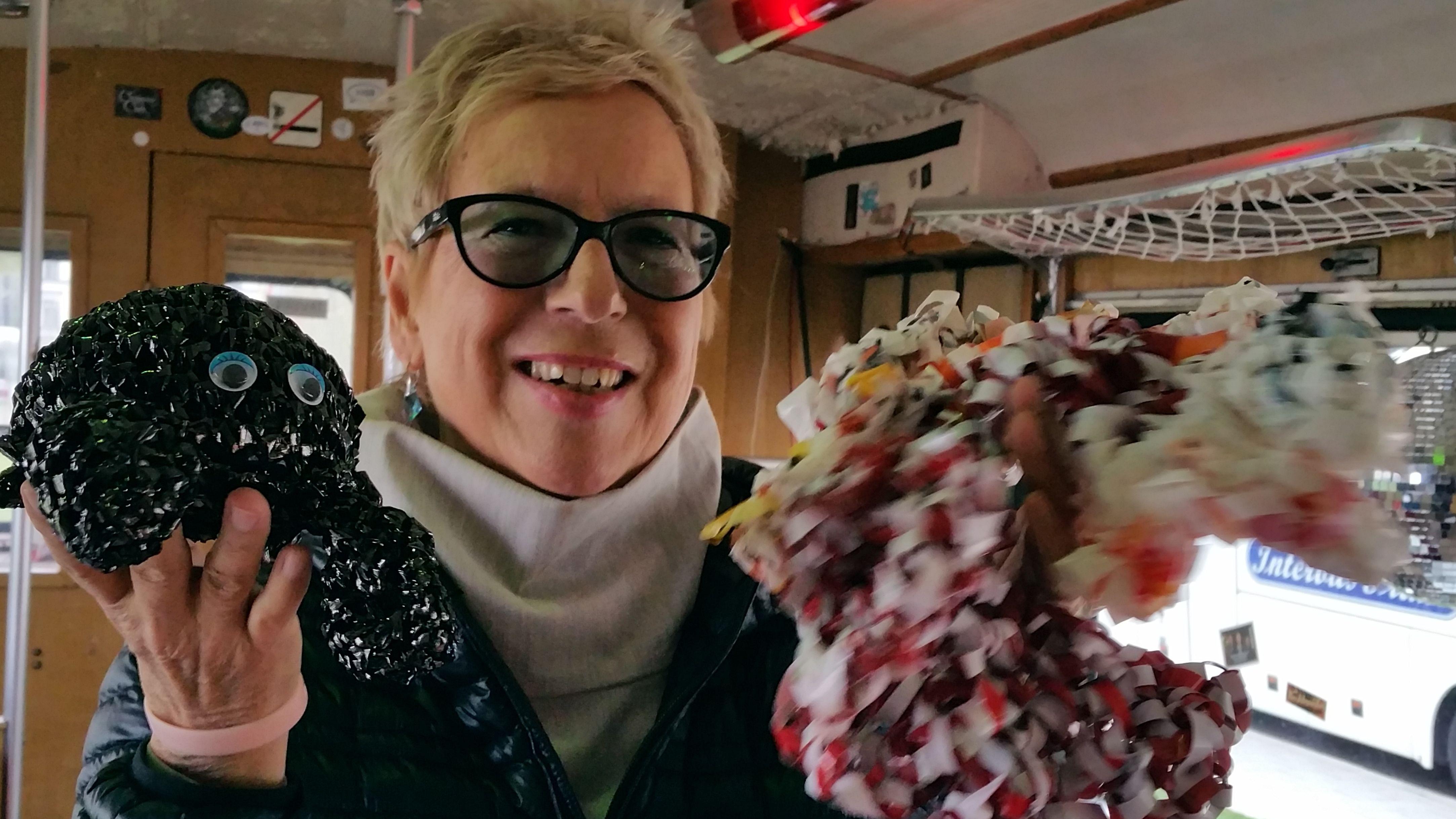 Die Filmemacherin Doris Dörrie hält zwei aus Plastik gehäkelte Objekte in die Kamera