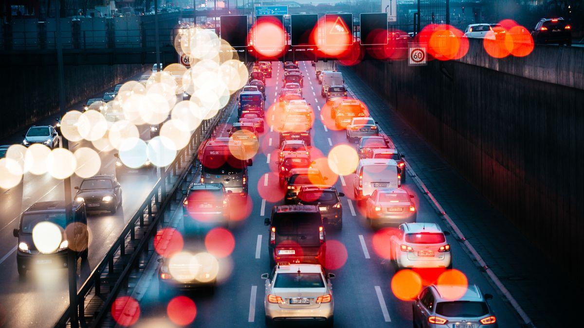 Stau verursacht Stress: Auf der A3 sind jetzt zwei genervte Autofahrer aufeinander losgegangen.