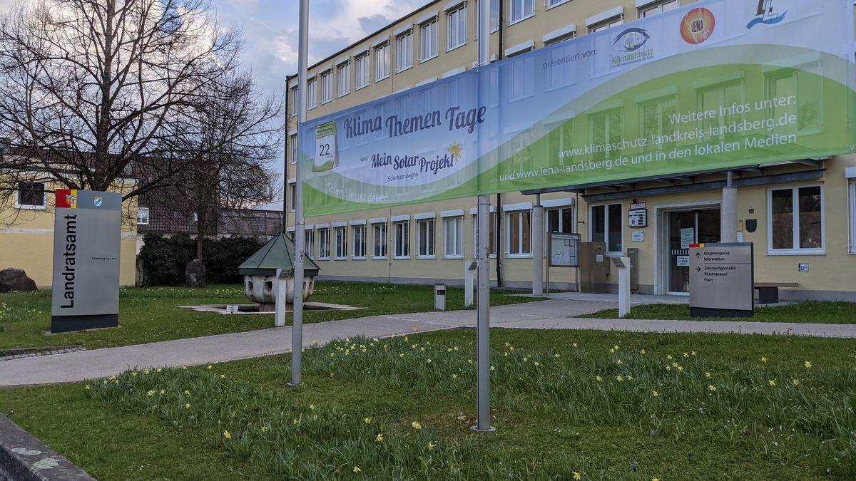 Banner der Klima-Themen-Tage vor dem Landratsamt Landsberg