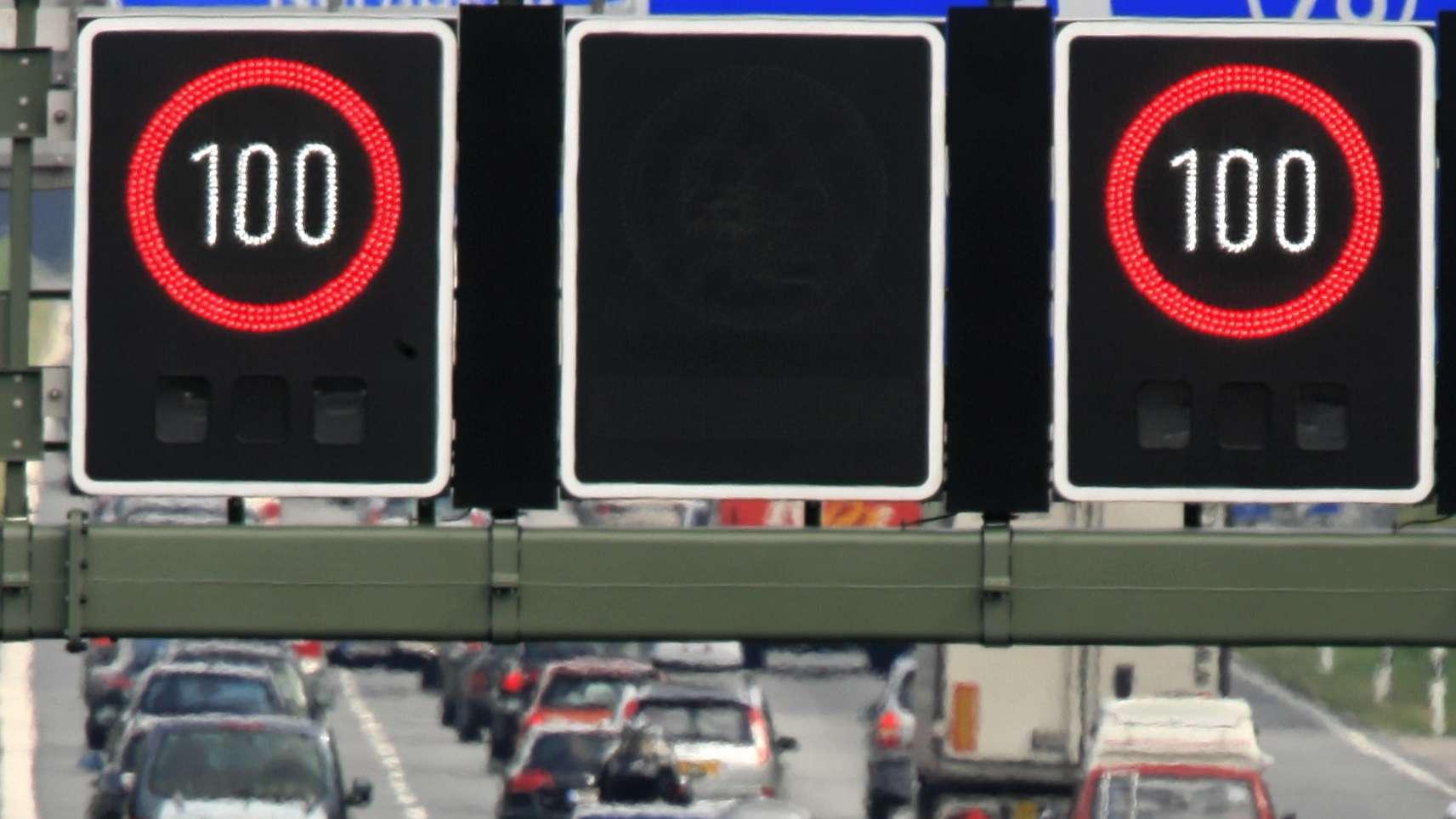 Eine Schilderbrücke zeigt bei starkem Reiseverkehr auf der Autobahn 8 ein Tempolimit.