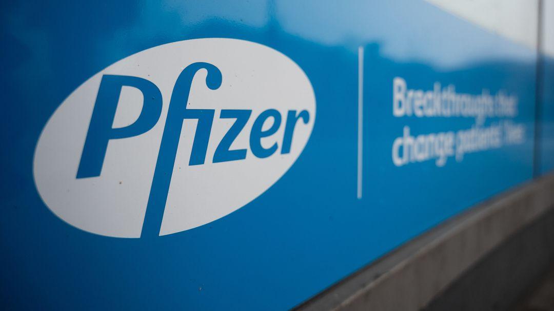 An einem Unternehmenssitz von Pfizer ist das Logo des Pharmakonzerns angebracht