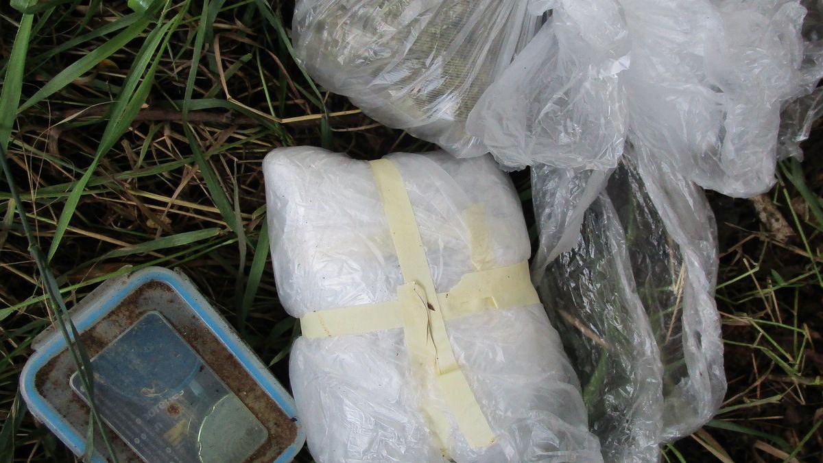 Diese Tüten samt Box wurden im Unterholz gefunden