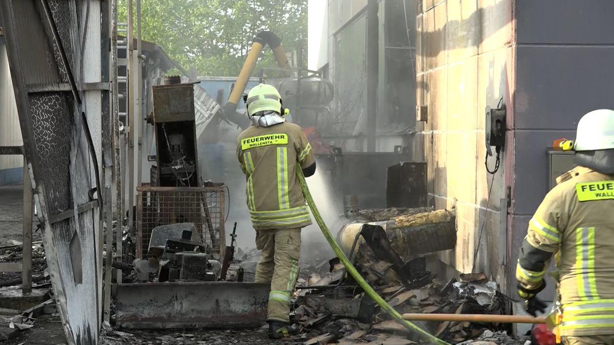 Beim Brand einer Fabrikhalle in Oberfranken ist nach ersten Erkenntnissen ein Sachschaden im sechsstelligen Bereich entstanden.