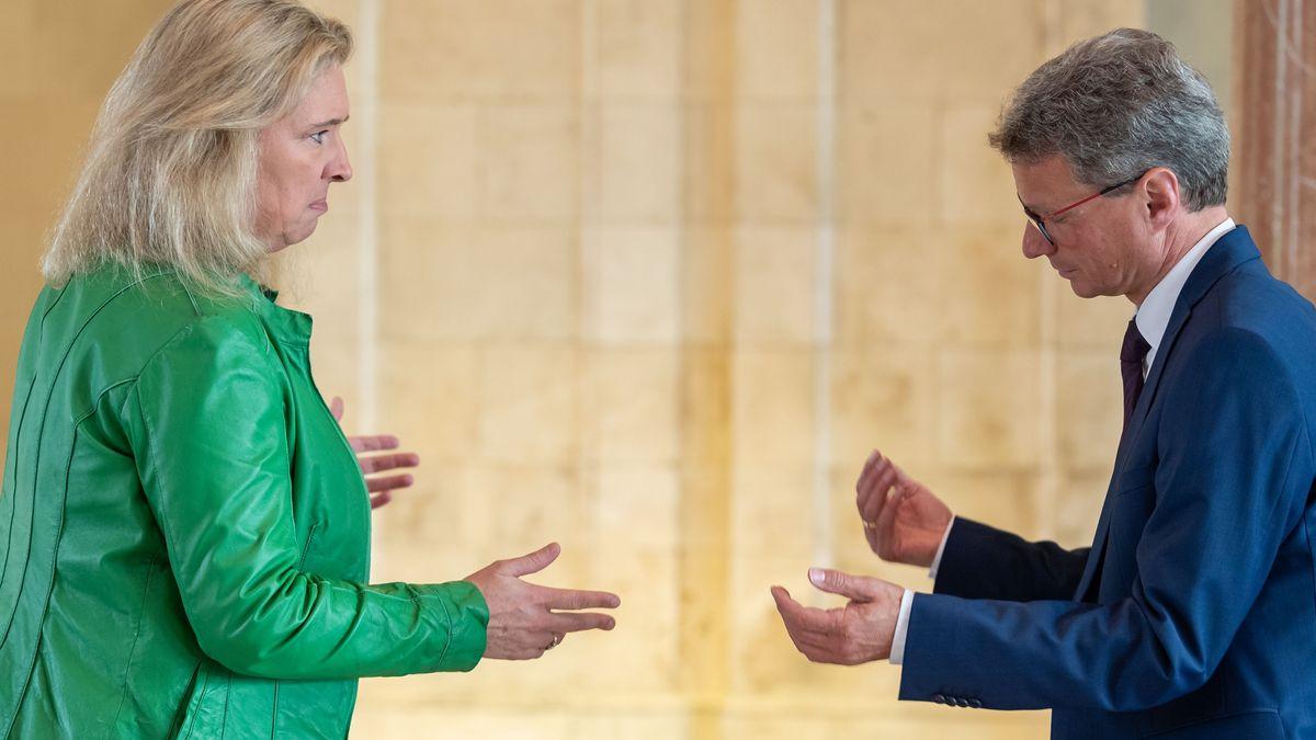 Verkehrsministerin Schreyer und Wissenschaftsminister Sibler vor einer Kabinettssitzung im Landtag