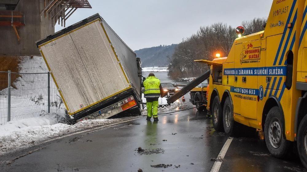 Die Bergung eines Lastwagens auf der B8 bei Altfalter/Vilshofen