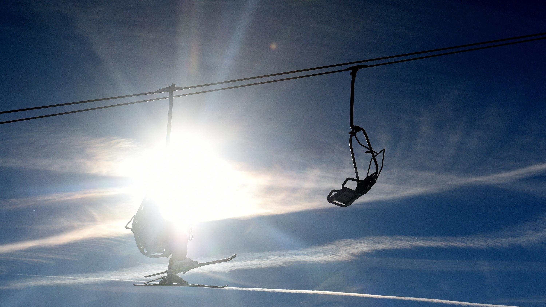 Vereinzelt sind mittlerweile in Niederbayern einige Lifte und Loipen für Wintersportler geöffnet.