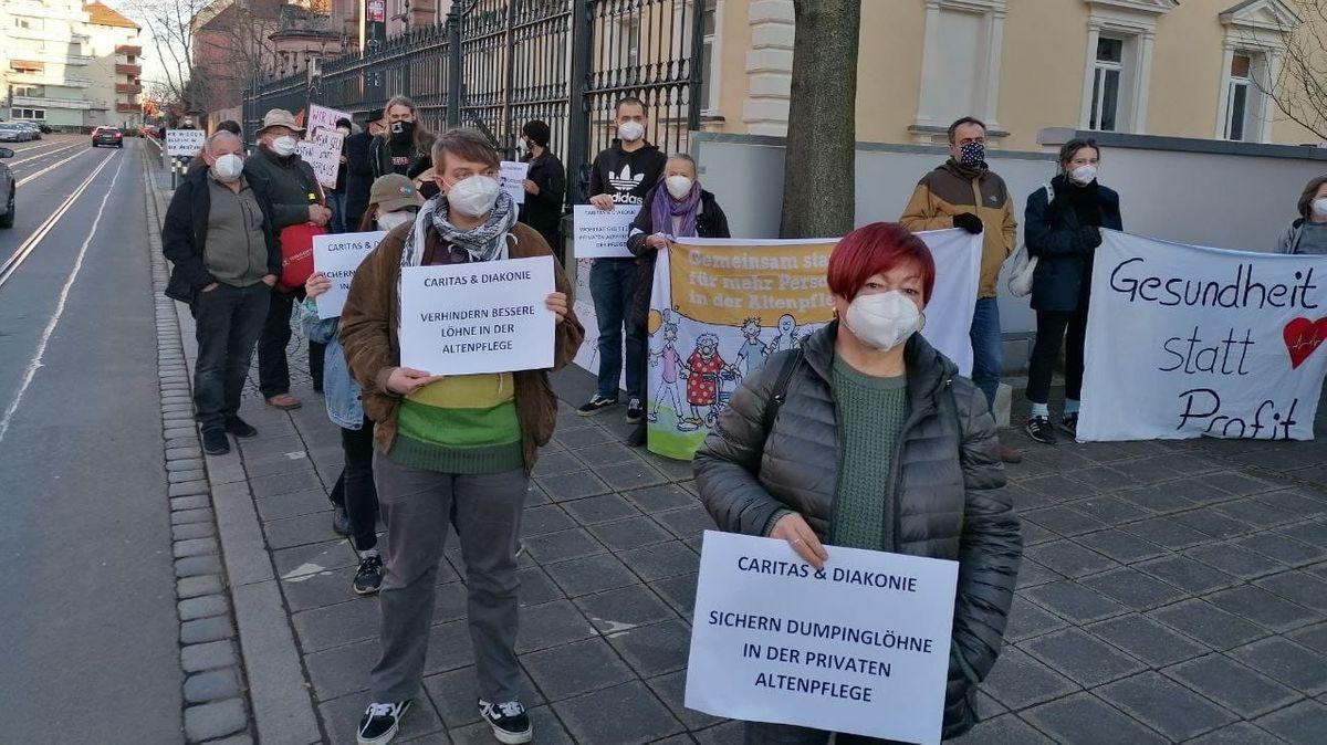Beschäftigte aus der privaten Altenpflege demonstrieren in Nürnberg für eine bessere Bezahlung bei der Caritas.