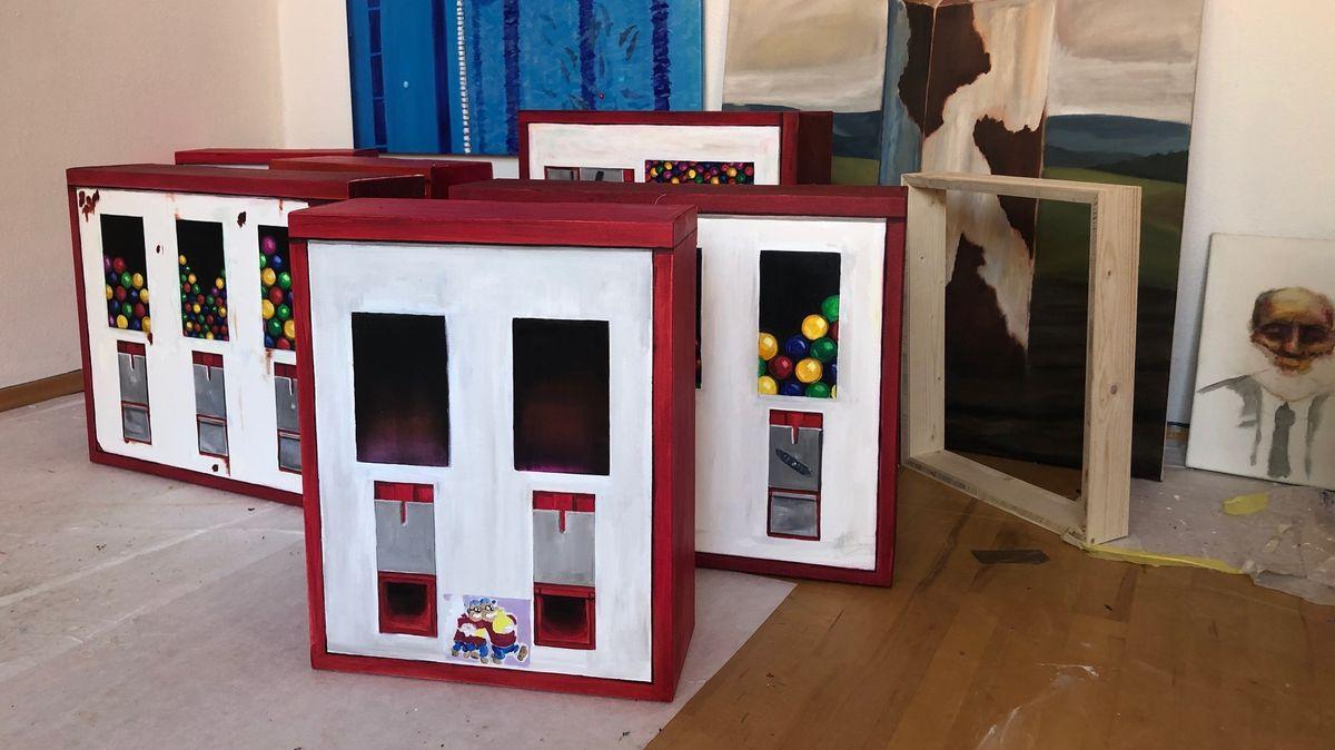 Bereit für den Einsatz: Die Kaugummiautomaten in Toninho Dingls Atelier
