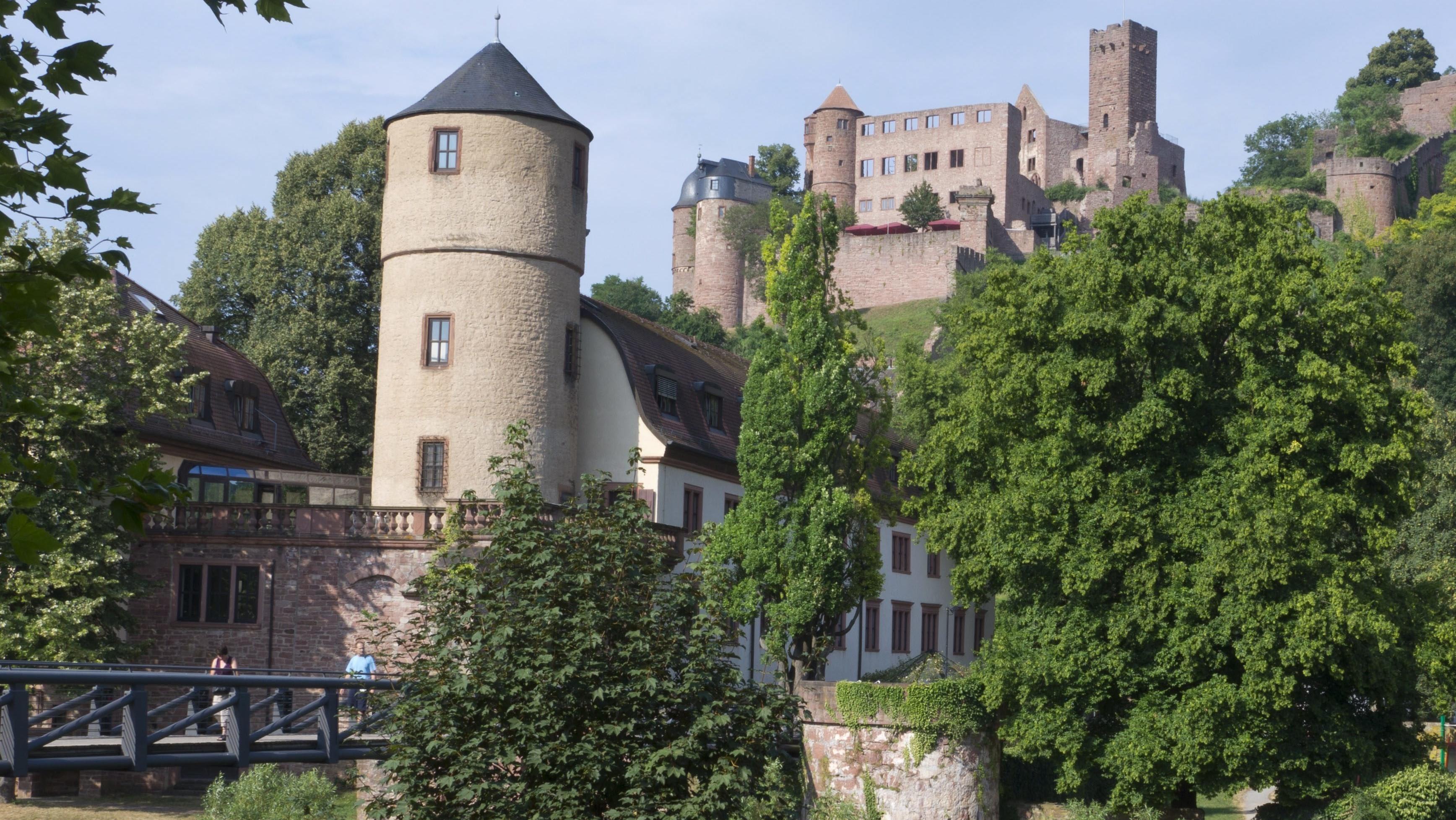 Blick über die Tauber auf den Weißen Turm und das Rathaus, im Hintergrund die Burg Wertheim,