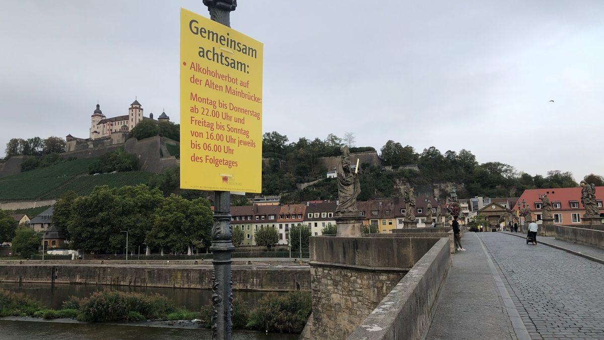 Hinweisschild auf der Alten Mainbrücke in Würzburg