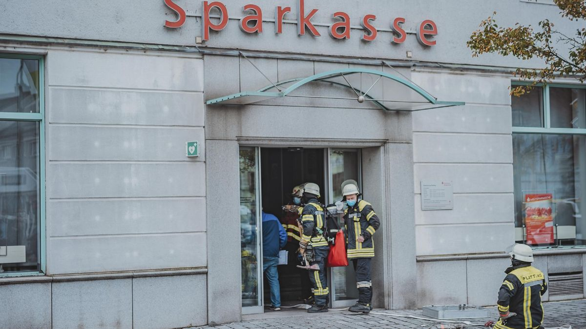 Feuerwehrleute am Eingang der Sparkasse am Stadtplatz von Plattling