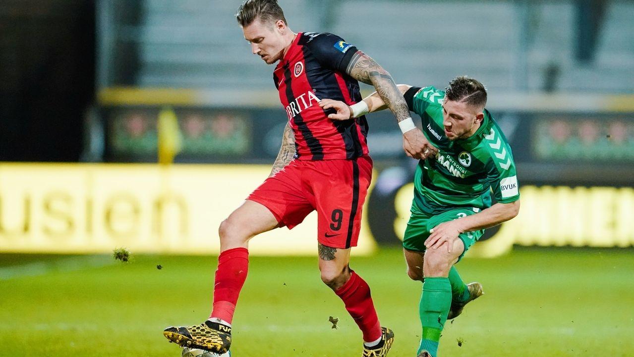 Zweikampf im Spiel zwischen Wiesbaden und Fürth