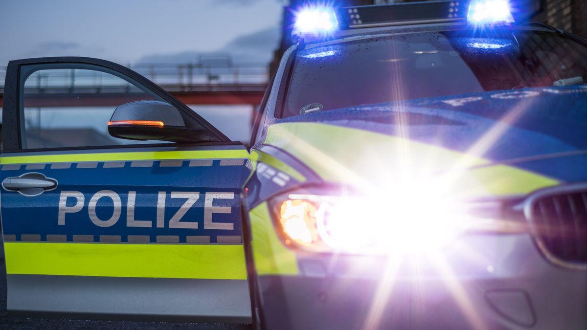 Symbolbild: Polizeiwagen im Einsatz mit Blaulicht