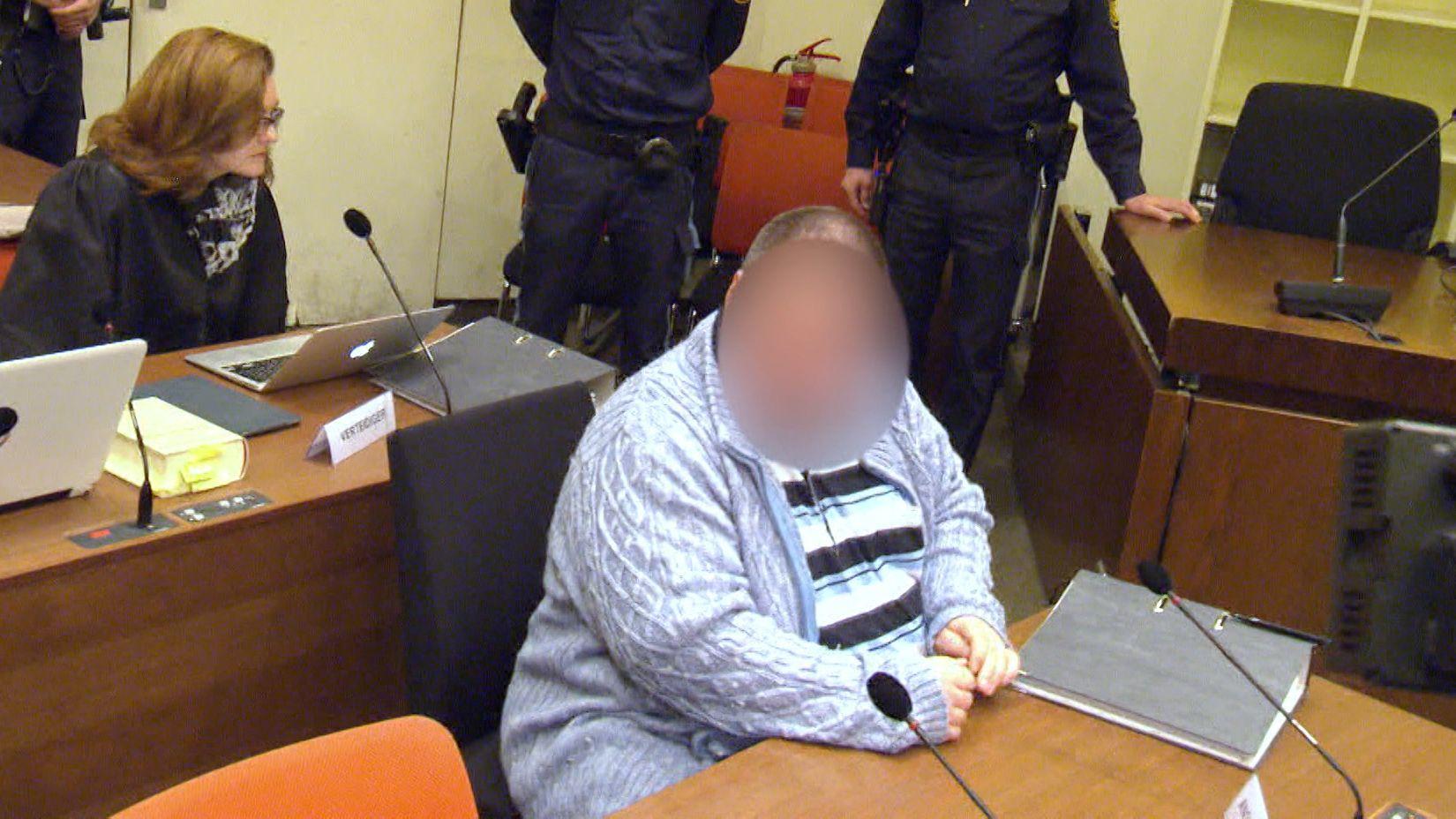 Ein Hilfspfleger soll sechs kranke Menschen in ihren Wohnungen ermordet haben. Seit heute steht der 38-Jährige in München vor Gericht.