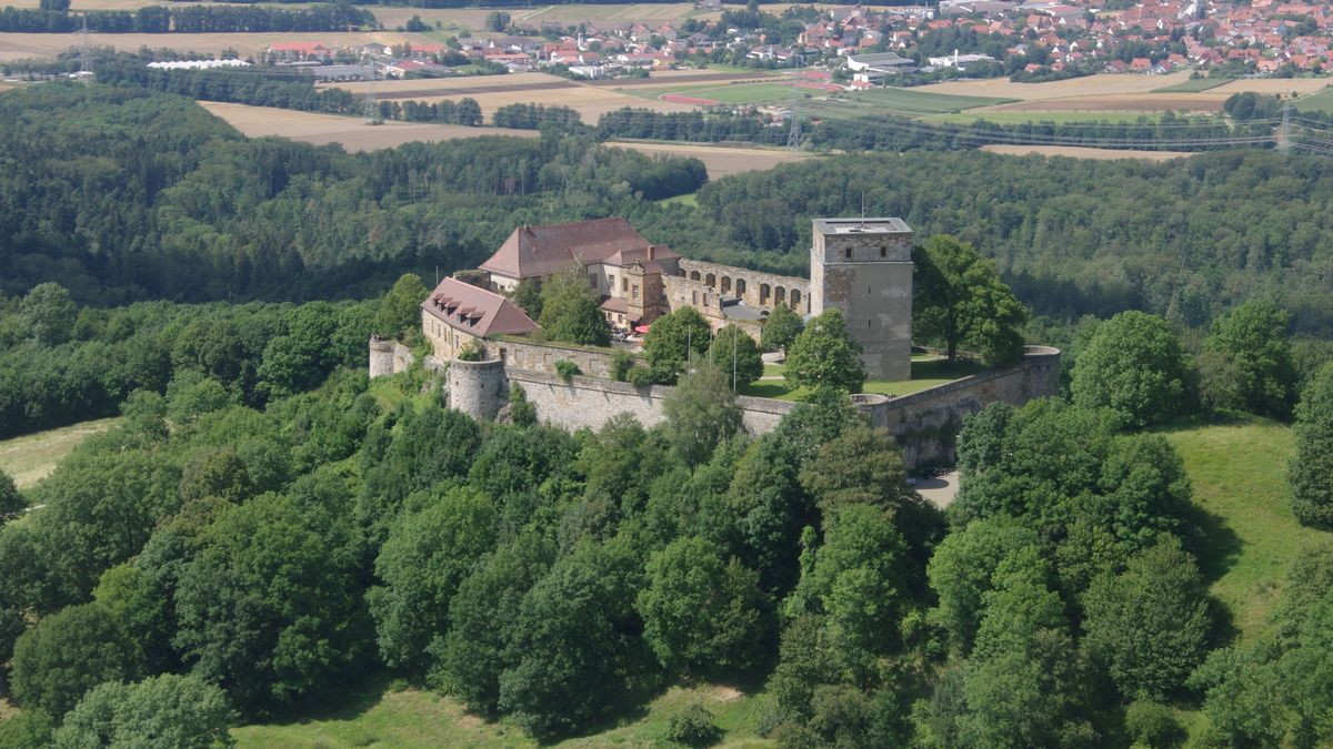 Blick auf die Giechburg bei Scheßlitz aus der Luft.