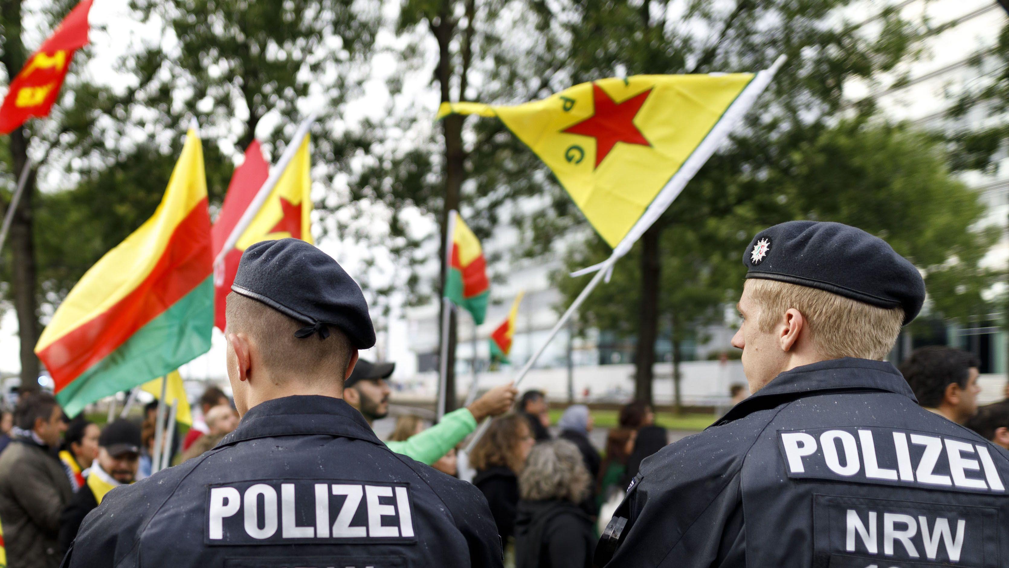 Polizisten beobachten den Demonstrationszug 'Stoppt die Invasion kurdischer Gebiete' in der Deutzer Werft. Köln, 12.10.2019