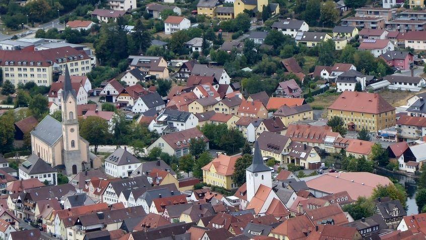 Die Altstadt von Ebermannstadt, aufgenommen vom Aussichtsturm Wallerwarte.