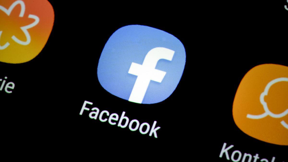 Facebook-App auf einem Smartphone-Display.