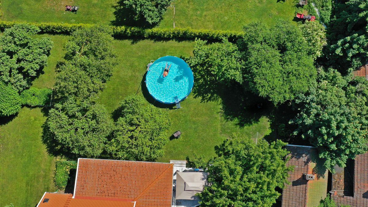 Ein aufgestellter Pool in einem Garten