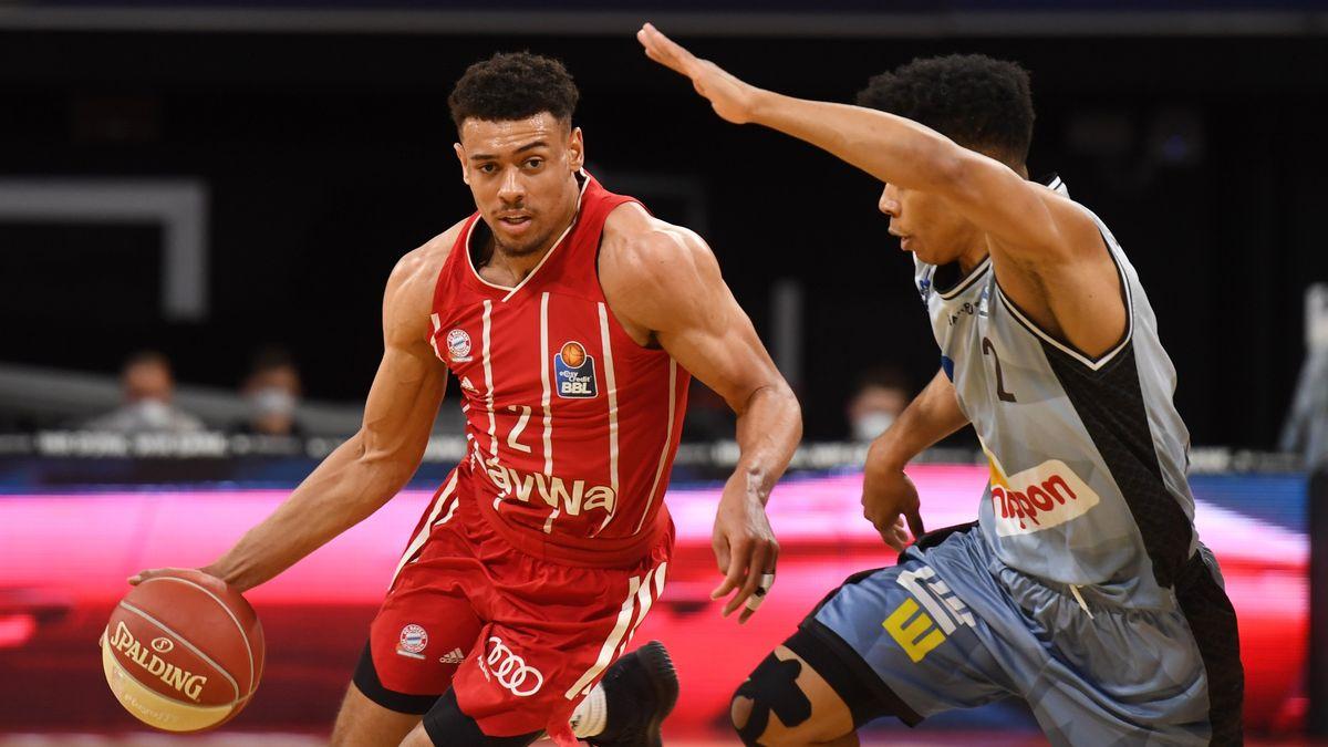 Münchens Wade Baldwin (l.) wird von Trae Bell-Haynes attackiert