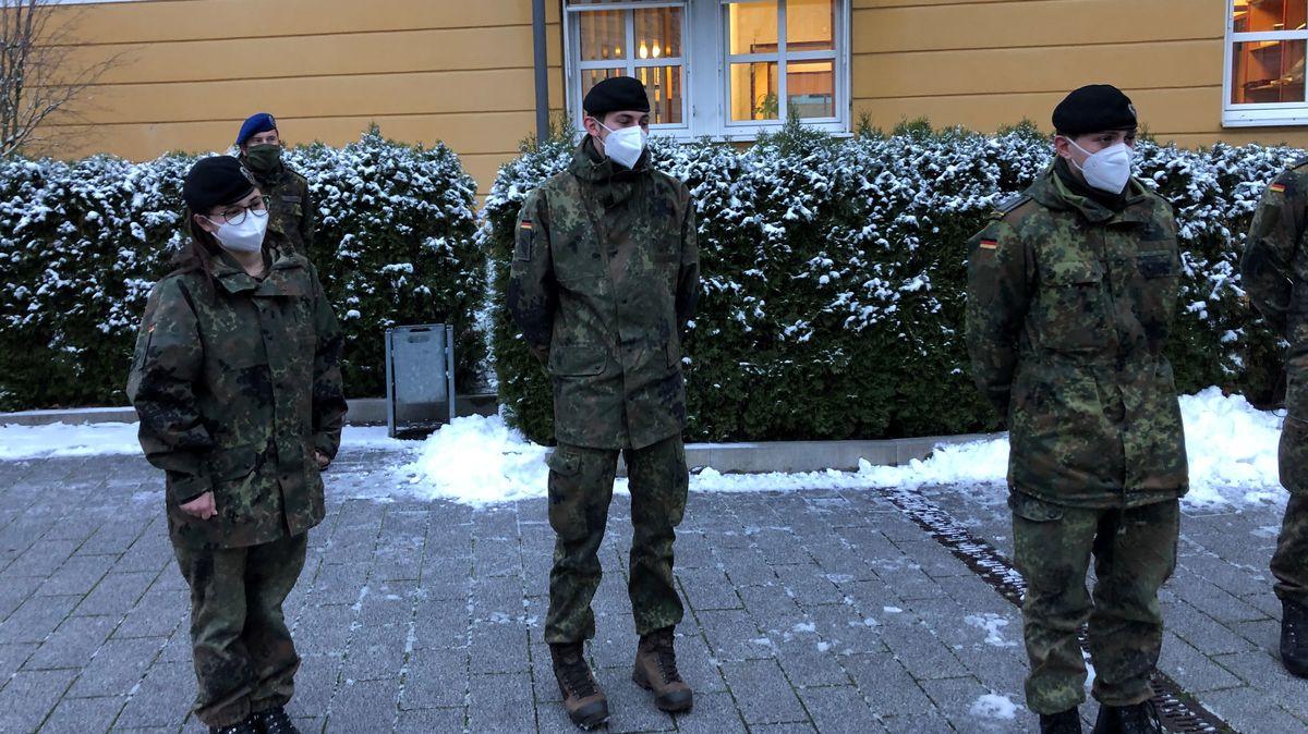 Kräfte der Bundeswehr vor dem Malteserheim in Passau.