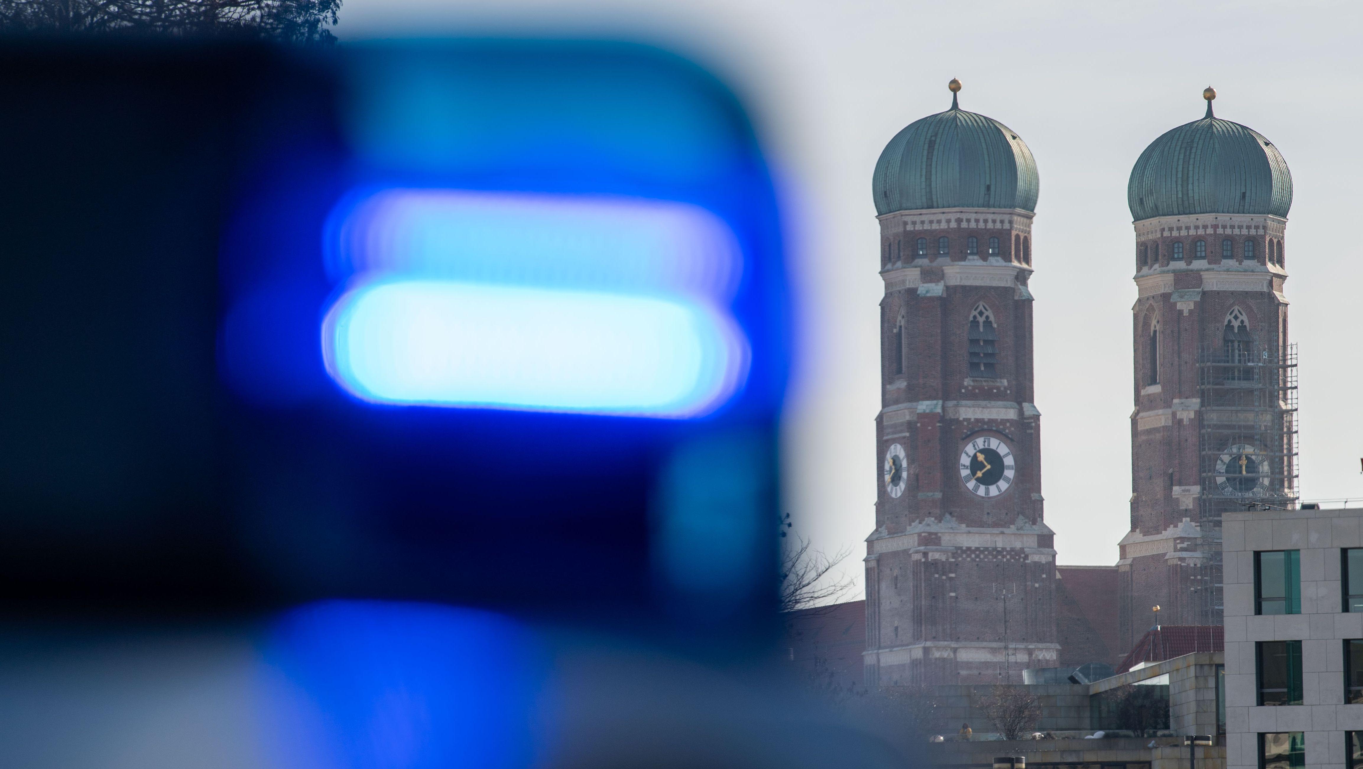 Symbolbild: Blaulicht vor Münchner Frauenkirche