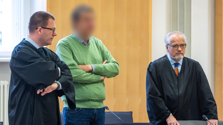 Der frühere Geschäftsführer der niederbayerischen Firma Bayern-Ei (Mitte) im Landgericht mit seinen Verteidigern