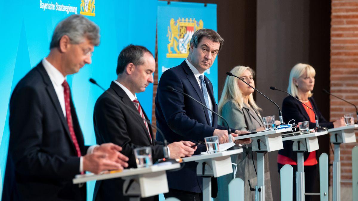 von links: Kultusminister Piazolo, Wirtschaftsminister Aiwanger, Ministerpräsident Söder, Gesundheitsministerin Huml und Sozialministerin Trautner bei einer Corona-Pressekonferenz der Bayerischen Staatsregierung
