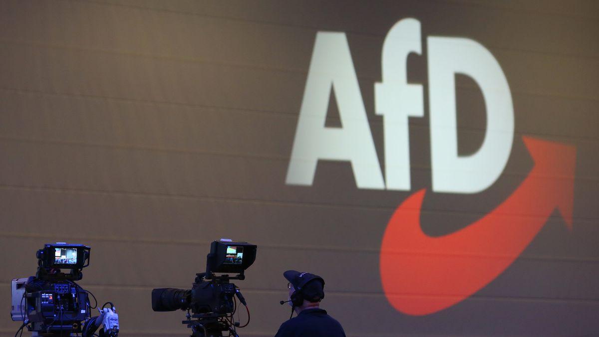 Kameras stehen auf einem Parteitag der AfD vor dem AfD-Logo.