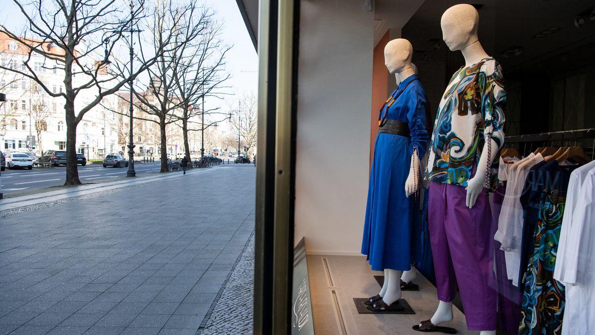 Schaufensterpuppen stehen in einem geschlossenen Bekleidungsgeschäft in Berlin (Archivbild)
