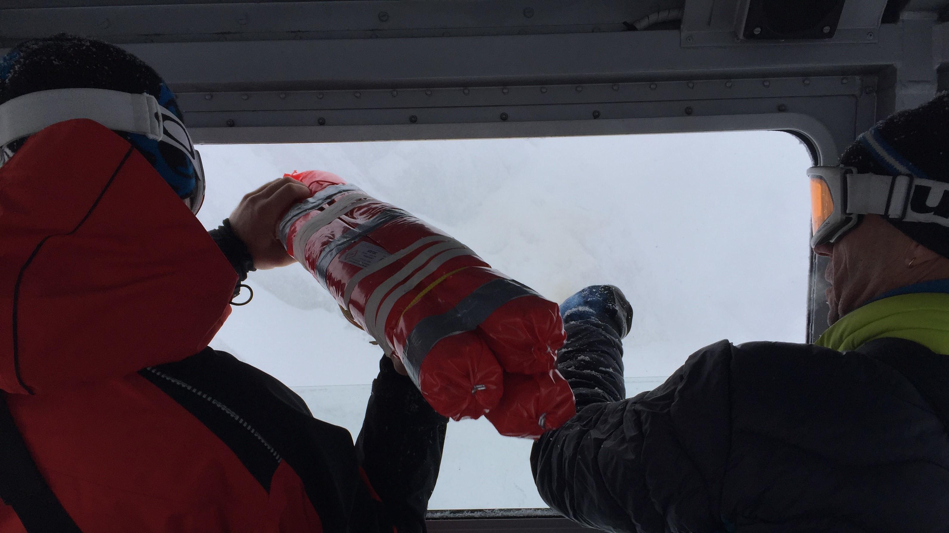 Lawinensprengung im Allgäu: Zwei Männer mit Sprengmaterial