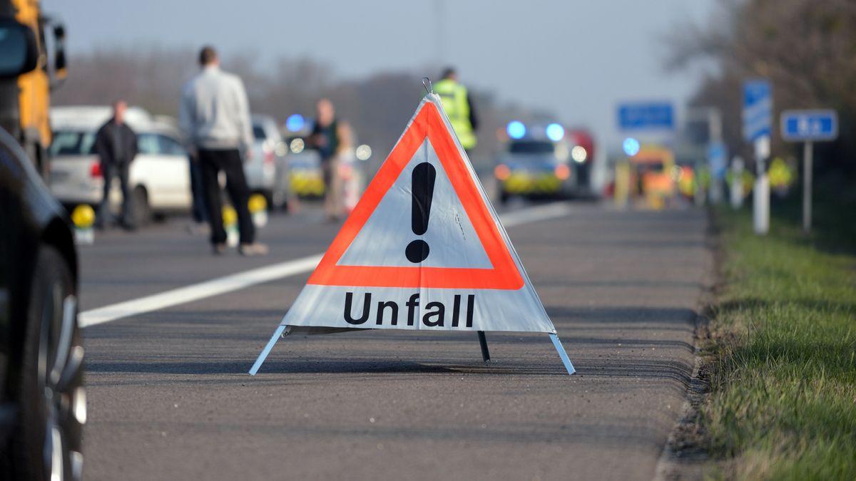 Ein Warndreieck weist auf einen Unfall hin.