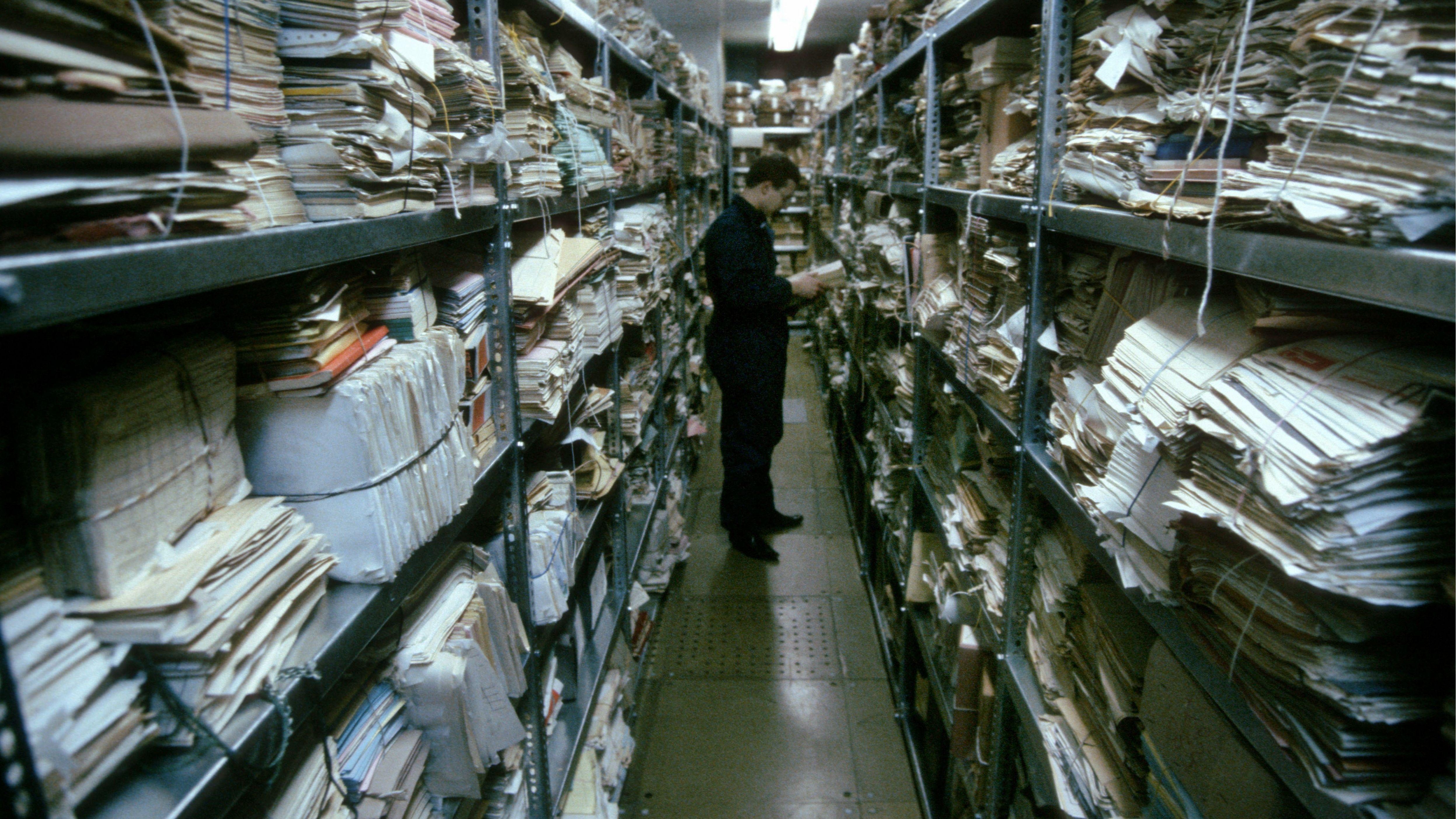 100 Regalkilometer haben die mehr als 250.000 offiziellen und inoffiziellen Mitarbeiter der Stasi über die Menschen in der DDR gesammelt.