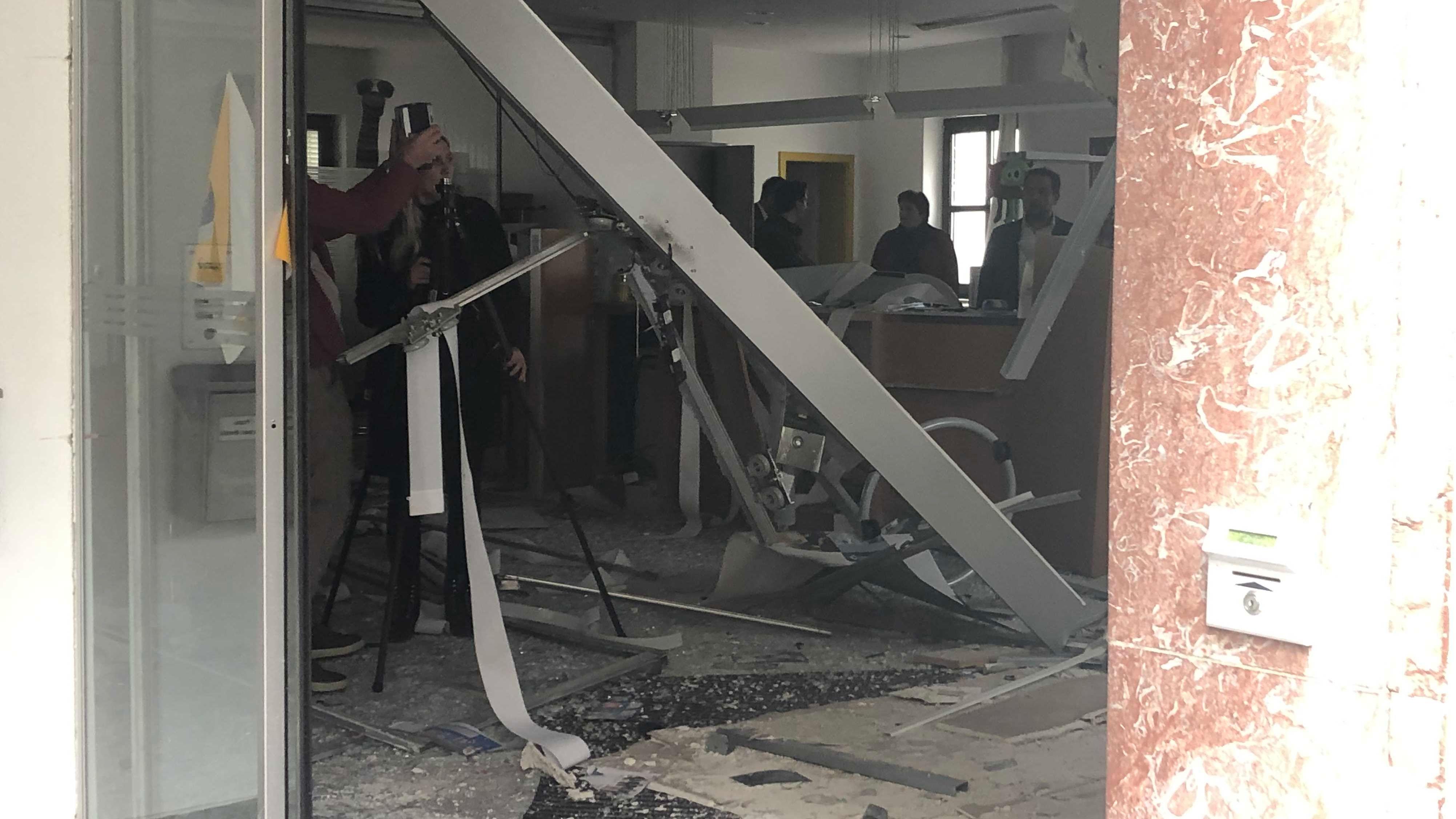 Der verwüstete Eingangsbereich der Bankfiliale.