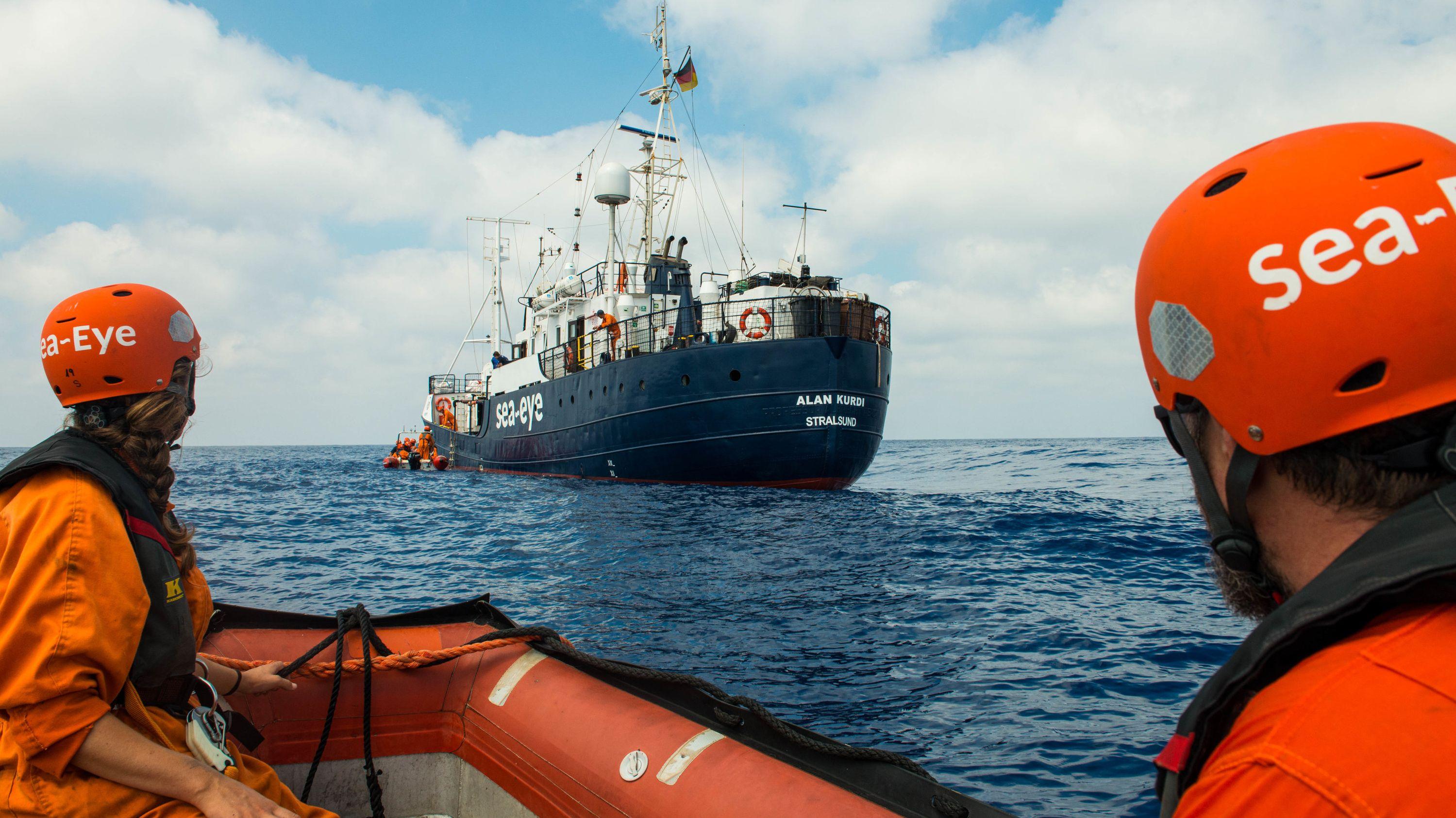 """Zwei Seenotretter im Schlauchboot auf dem Weg zur """"Alan Kurdi"""""""