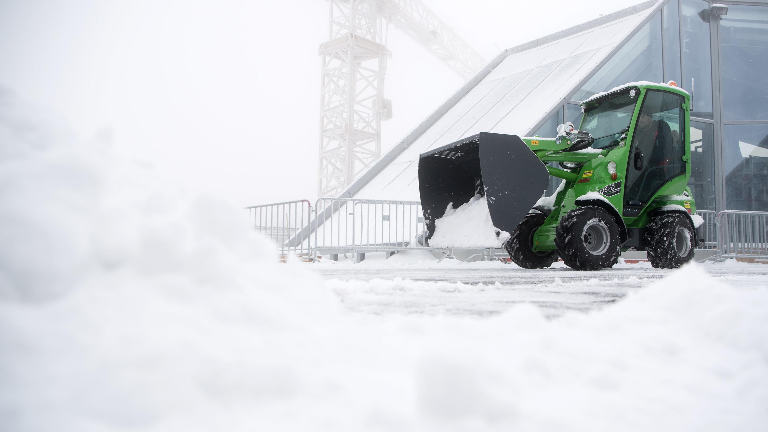 Räumfahrzeug schippt Schnee auf der Aussichtsplattform der Zugspitze