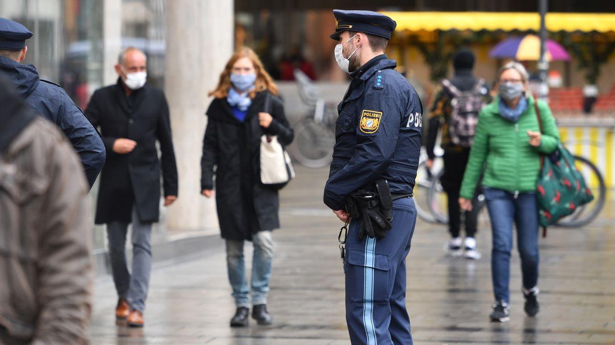 Polizisten kontrollieren die Einhaltung der Maskenpflicht in der Münchner Innenstadt (Foto vom 28.09.2020).