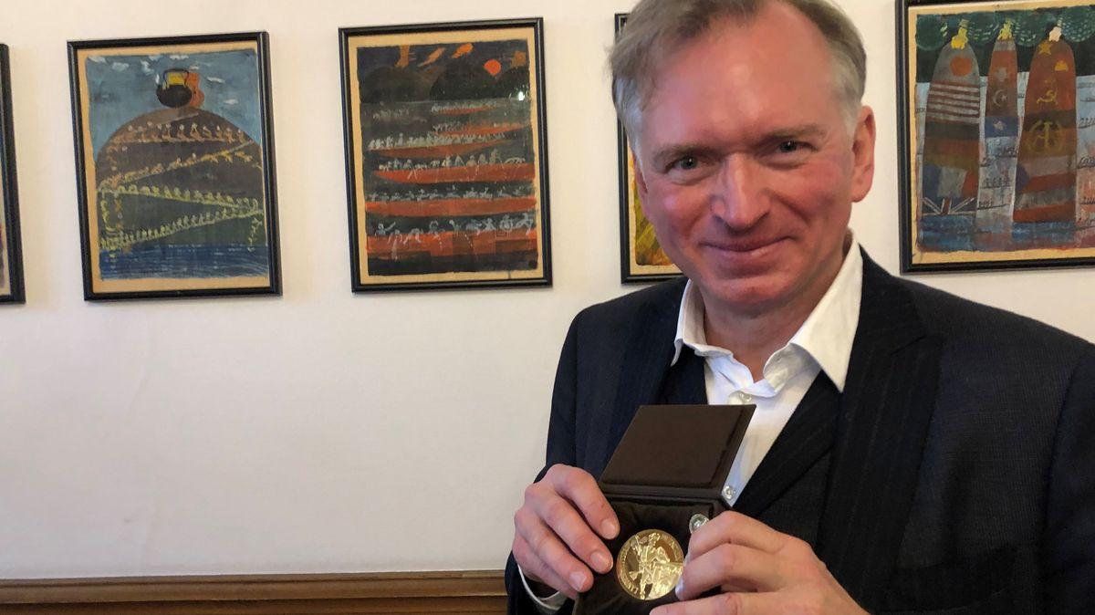 Christian Springer im Rathaus mit seiner Medaille