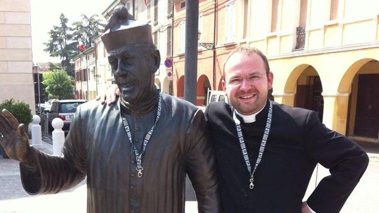 Pfarrer Stephan Rauscher neben einer Statue von Don Camillo