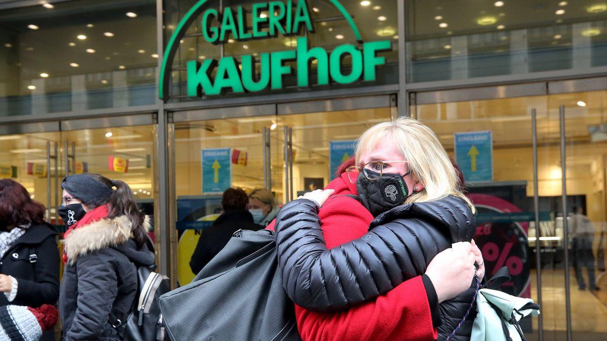 Mitarbeiterinnen umarmen sich vor Kaufhof-Filiale