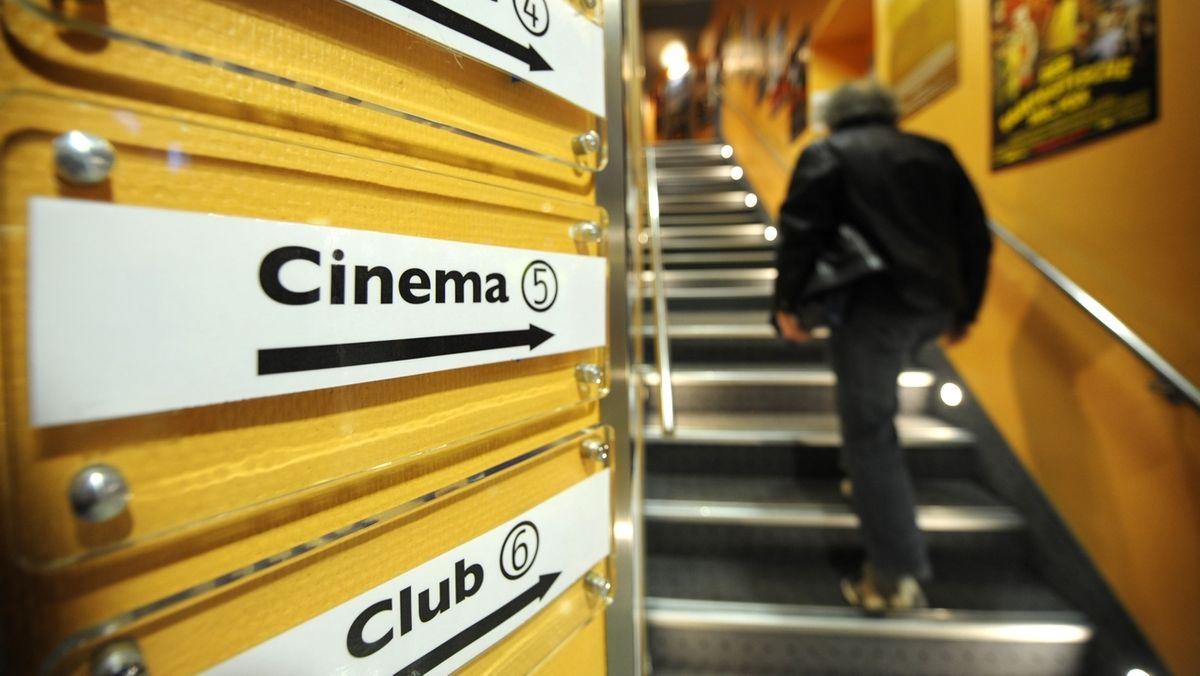 Ein Mann geht im Hofer Central-Kino die Treppen hoch.