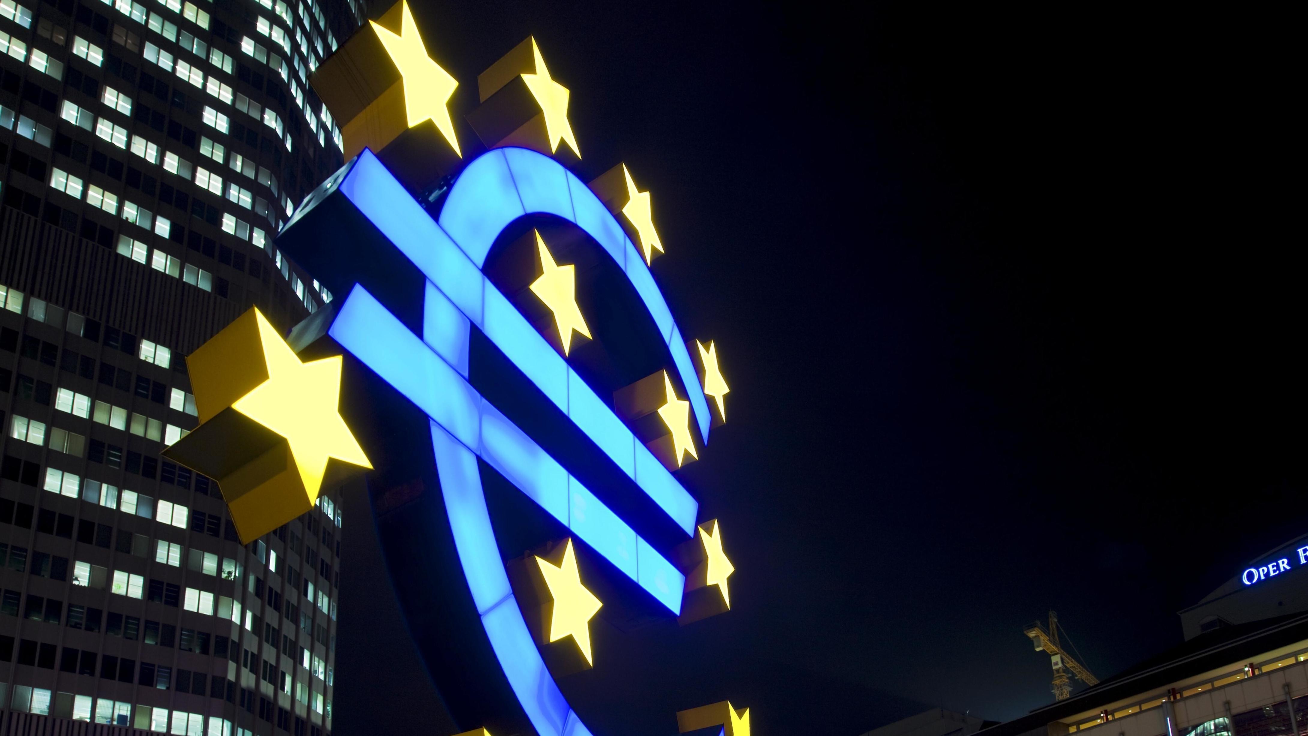 Euro bei Nacht vor EZB