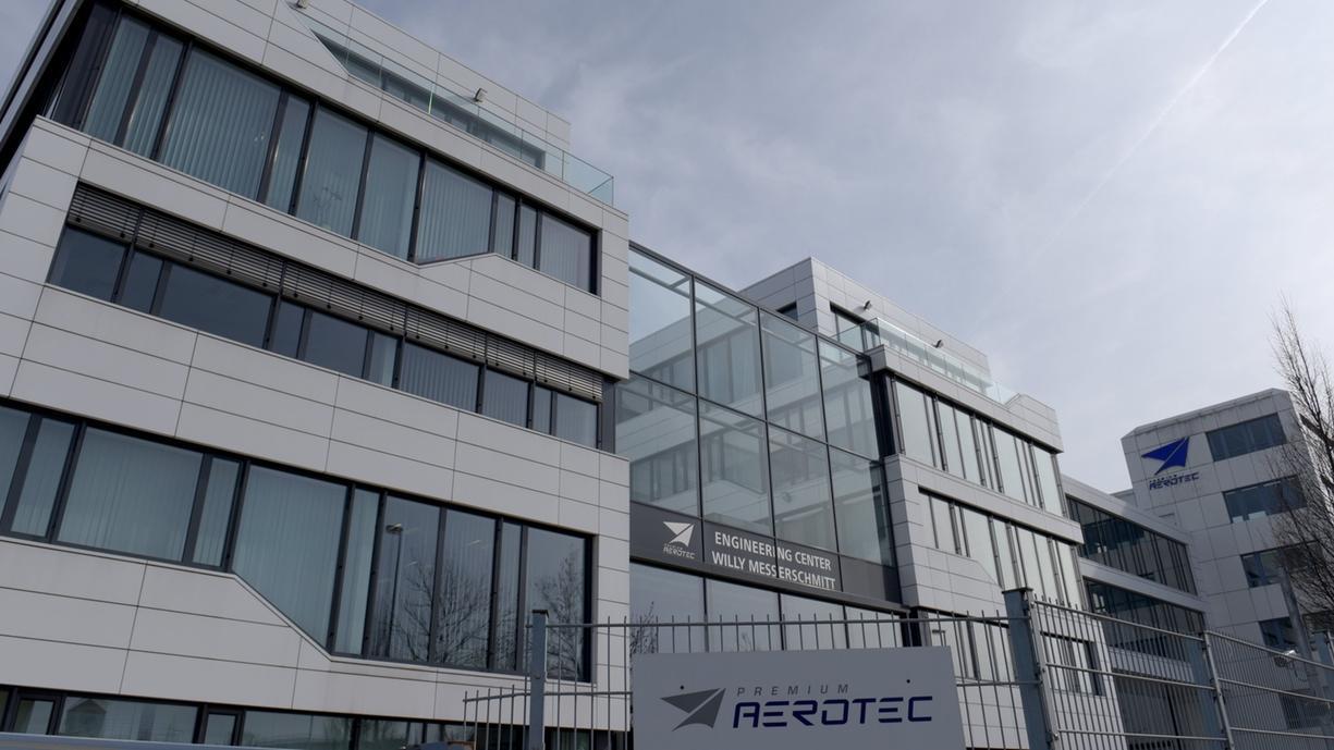 Augsburg: Ein Schild weist auf das Werk der Airbus-Tochter Premium Aerotec hin.