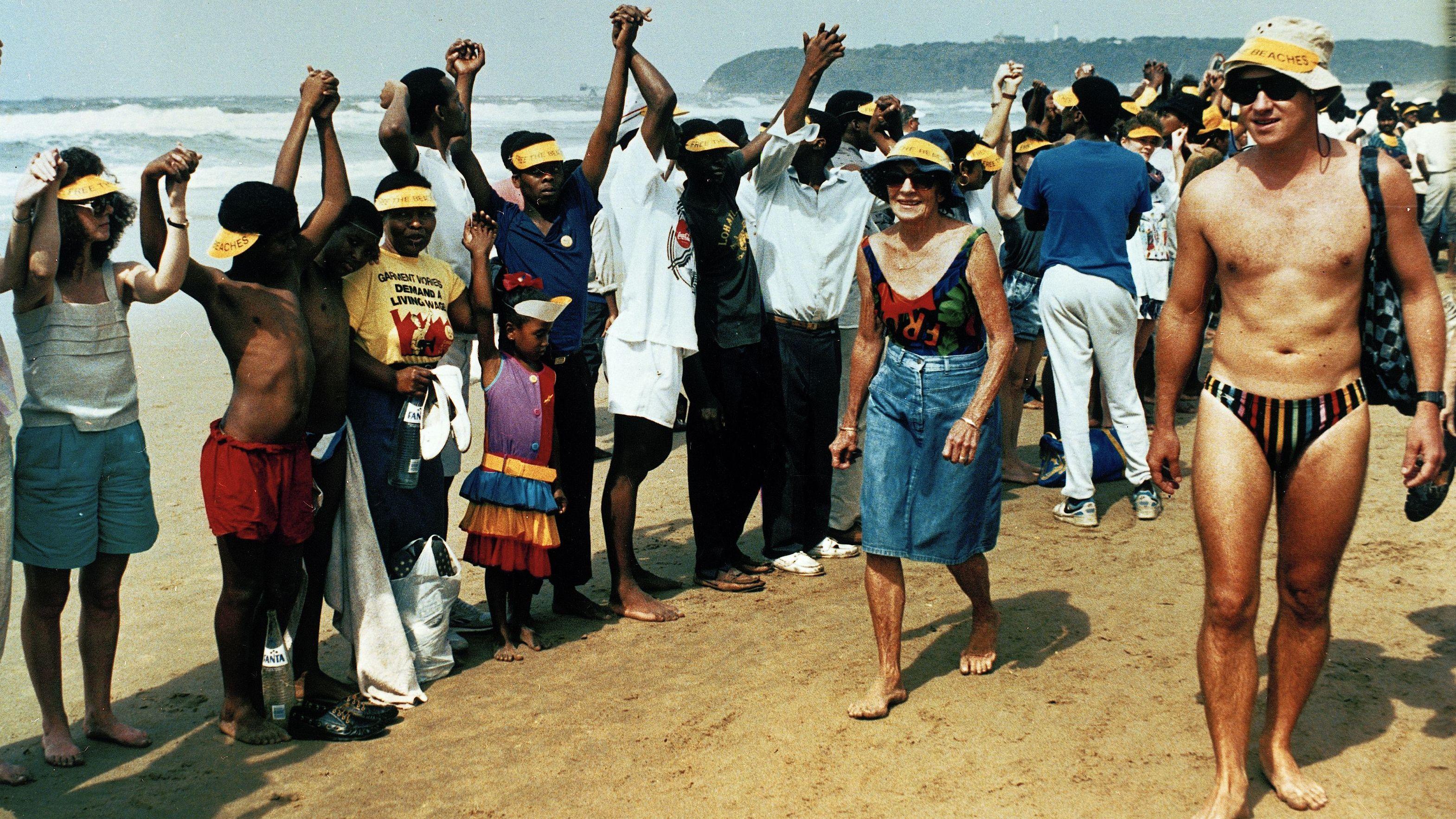 Südafrika: Schwarze demonstrieren an einem für Weiße reservierten Strand in Durban Beach.
