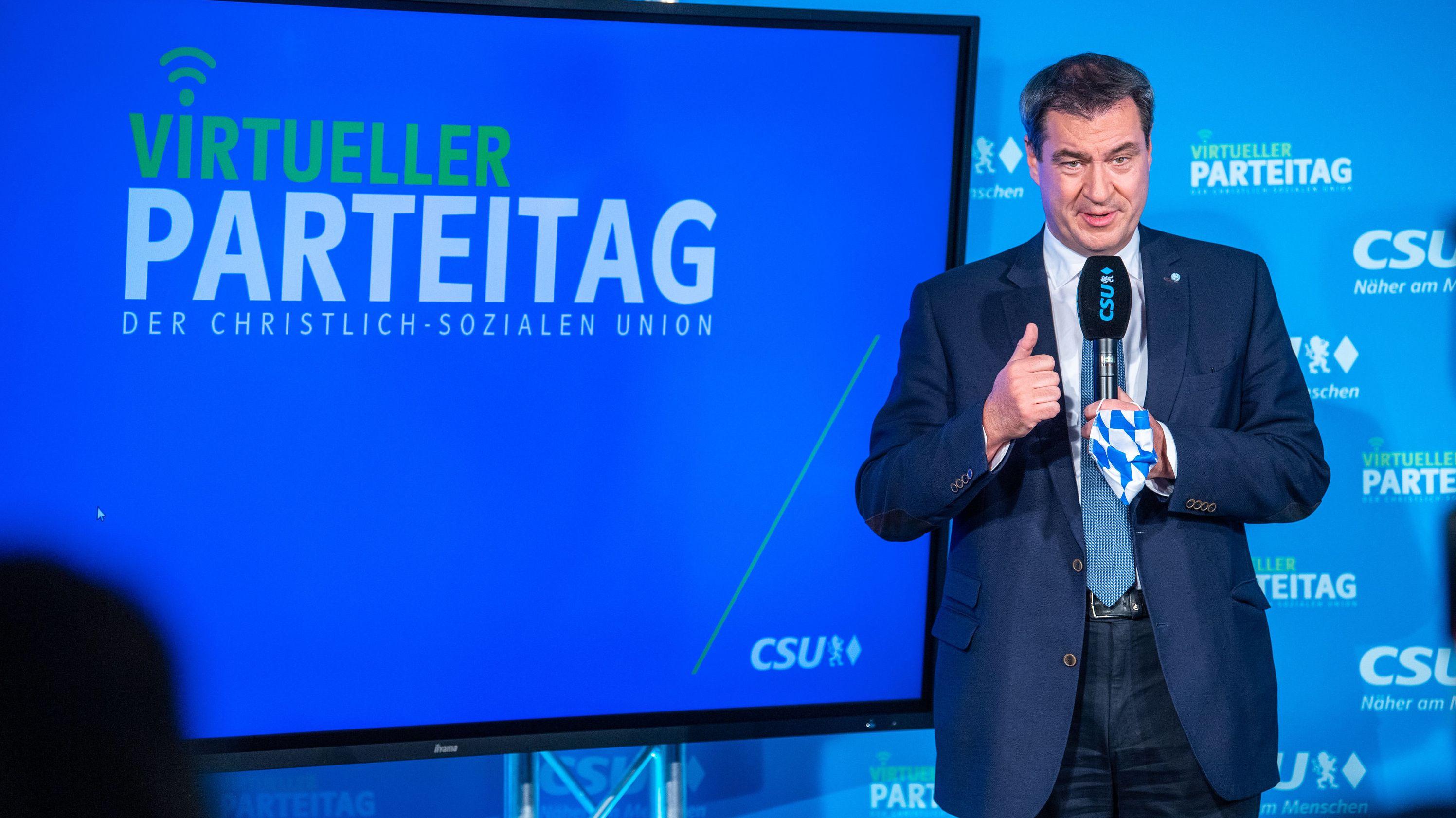 Markus Söder vor einem Bildschirm.
