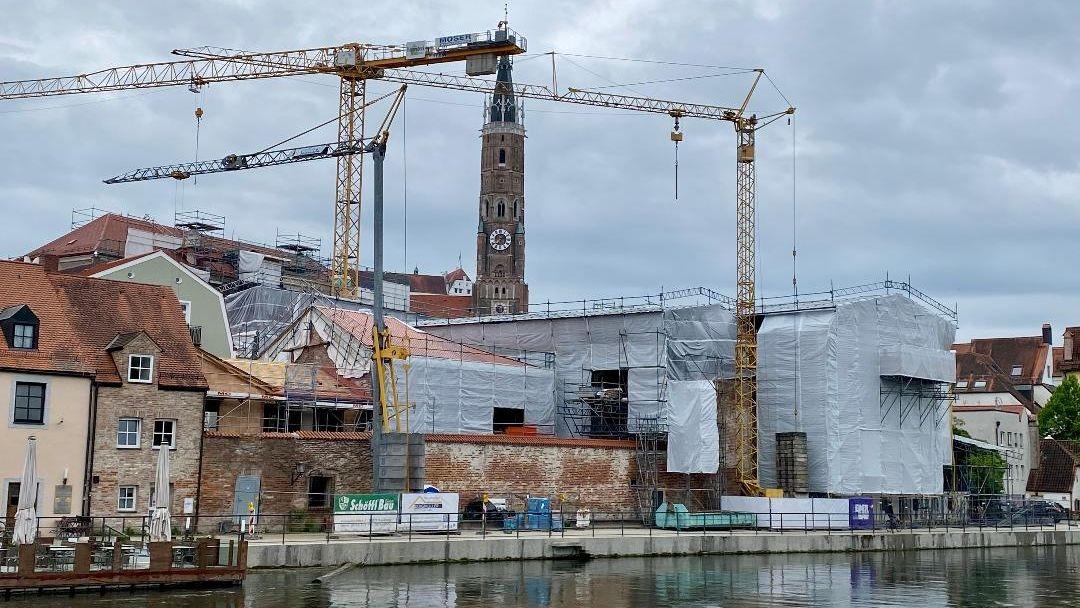 Bild von Landshuter Altstadt mit verhülltem Marstall